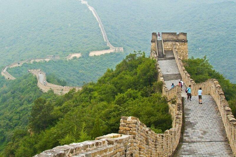 Подъемы и спуски Великой Китайской стены очень крутые. достопримечательности, интересное, фотографии