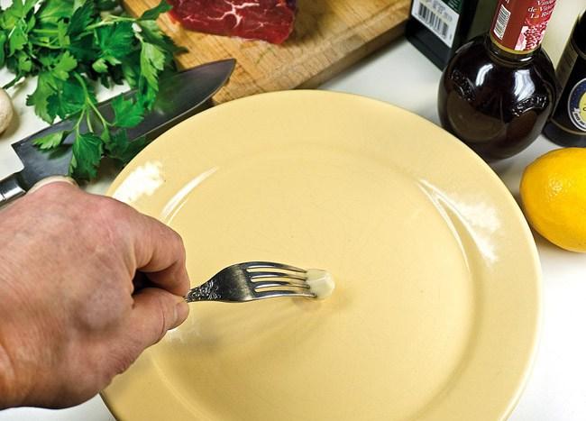 обработка блюда чесноком для приготовления карпаччо