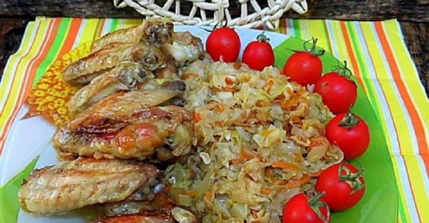 Ленивый ужин из капусты и куриных крылышек: не нужно стоять у плиты
