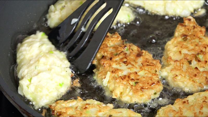 Луковые котлеты - лук, чеснок, манная крупа, куриное яйцо, специи, соль. Когда все размешаете, оставьте на 10 минут до разбухания манной крупы, обвалять в муке - жарить. интересное, кухня, лук, рецепты, факты