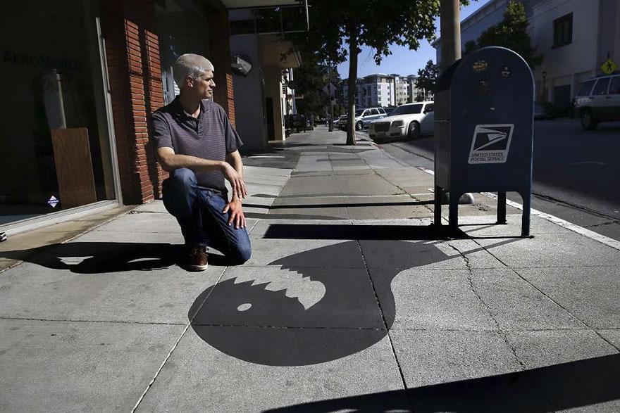 Уличный художник «подменил» 20 городских теней на цветы и обезьян, и многие даже не заметили