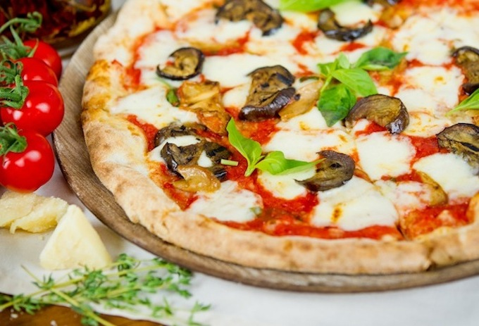 Домашняя пицца с баклажанами. Овощная пицца