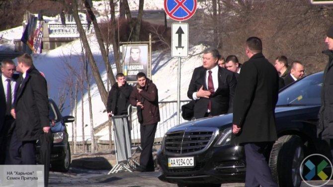 Вали отсюда: толпа в Киеве освистала Порошенко, когда тот начал обвинять Россию