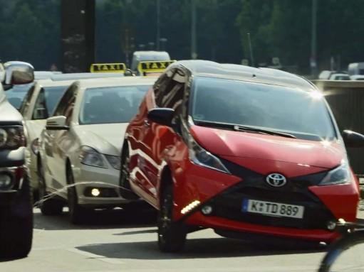 Toyota Aygo метит свою территорию (ВИДЕО)