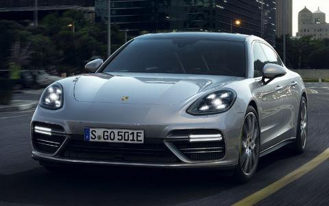 Хочешь «пульнуть» – ищи розетку: флагманский Porsche стал гибридом