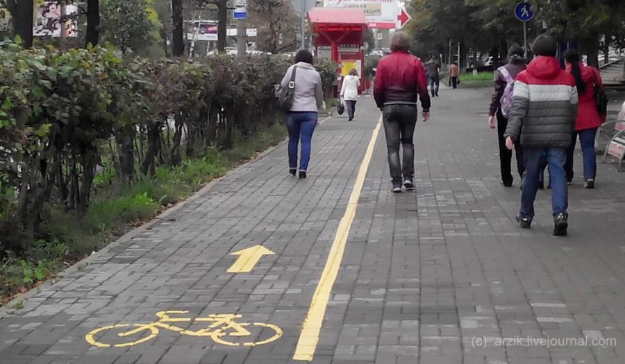 Давит пешеходов на велодорожке: видео дня