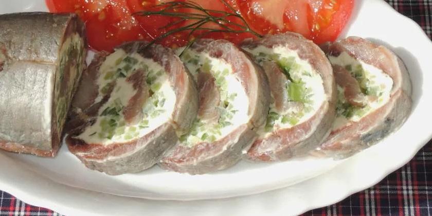 Закусочный рулет из сельди: сочно, вкусно и аппетитно!