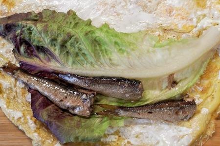 Яичные блинчики со шпротами и сливочным сыром: фото шаг 2