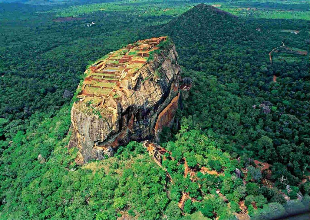 Замок Сигирия (Sigiriya), или Львиная скала (Lions Rock)