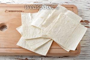 Лаваш (2 штуки) нарезать на квадраты, размером 10х10 сантиметров.