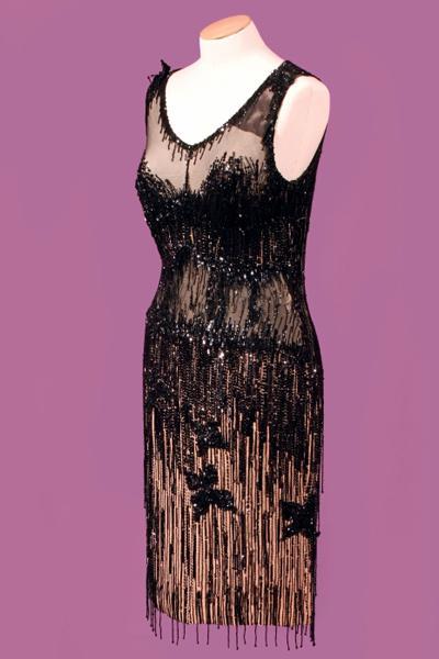 Что же касается белья - то в подобные платья Мэрилин между двумя слоями ткани вшивали чашечки лифчика особой конструкции.