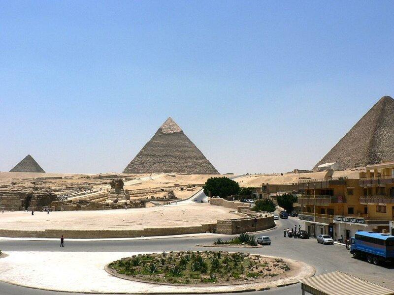 Пирамиды в Гизе (Египет) имеют в своей непосредственной близости рестораны быстрого питания Pizza Hut и KFC, а также свалку мусора. достопримечательности, интересное, фотографии