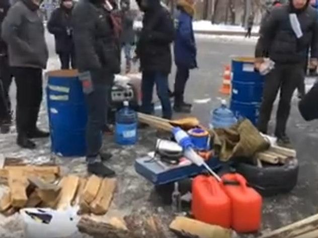 Украинские радикалы тащат дрова и покрышки к посольству РФ в Киеве