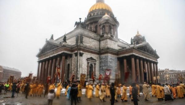 Участников крестного хода уИсаакия посчитали по-разному— от2 до15 тыс.