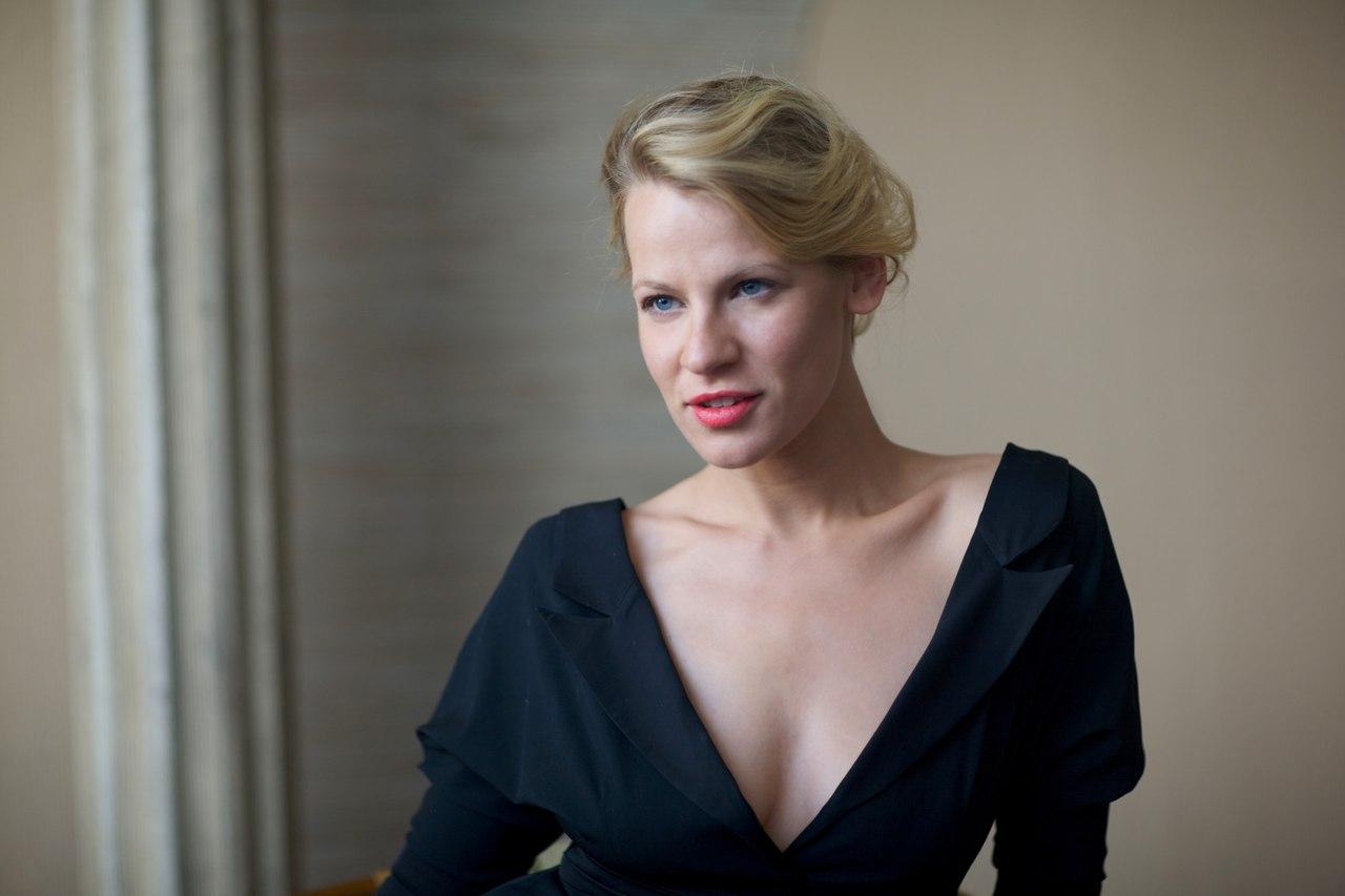 Актриса Александра Ребенок кормит грудью на публике
