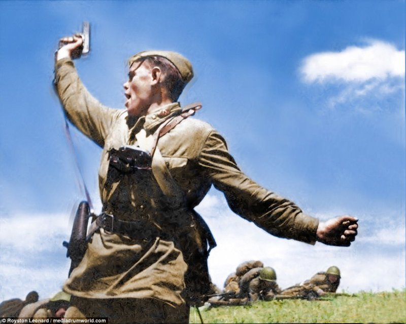 Сталинградская битва (фото). Цветные фотографии Сталинградской битвы (1942-1943). Русский офицер, возглавляет наступление, вооруженный пистолетом