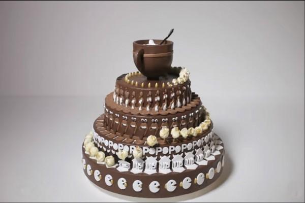 Вроде бы просто красивый торт. Но когда он начнет вращаться, вы увидите ТАКОЕ!