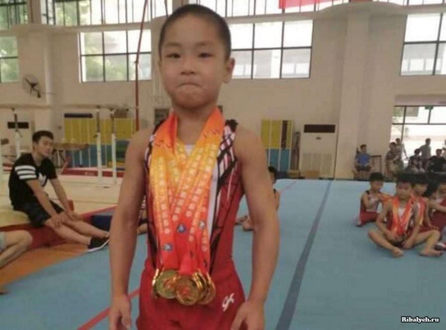 Маленький китаец поражает мускулистым телом