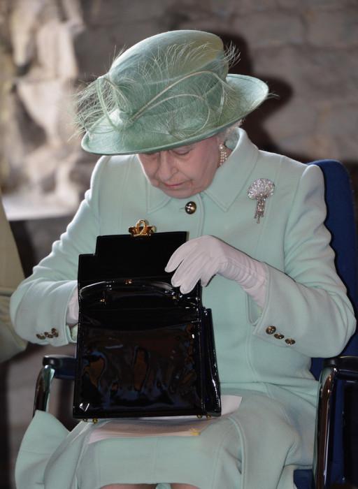 Сумка – еще один обязательный аксессуар для королевы