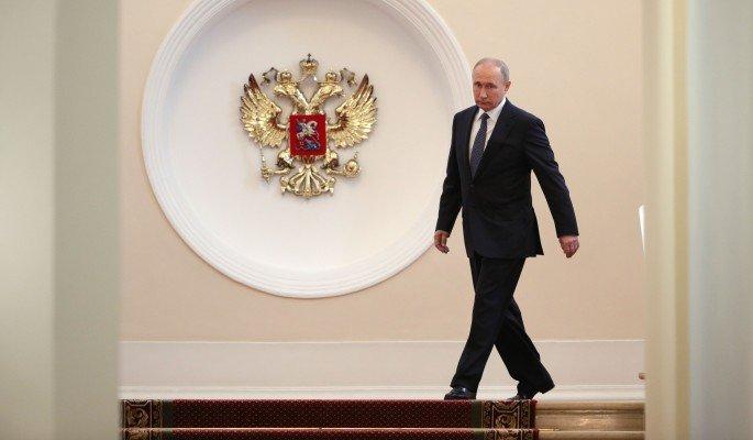 Одетый с иголочки Путин дове…