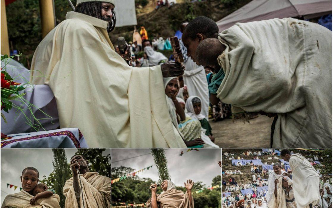Эфиопский священник проводит…