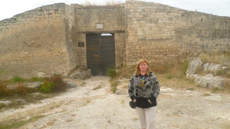 Выходим к большим городским воротам город Чуфут-Кале, крым, пещерный город, пещерный город Чуфут-Кале