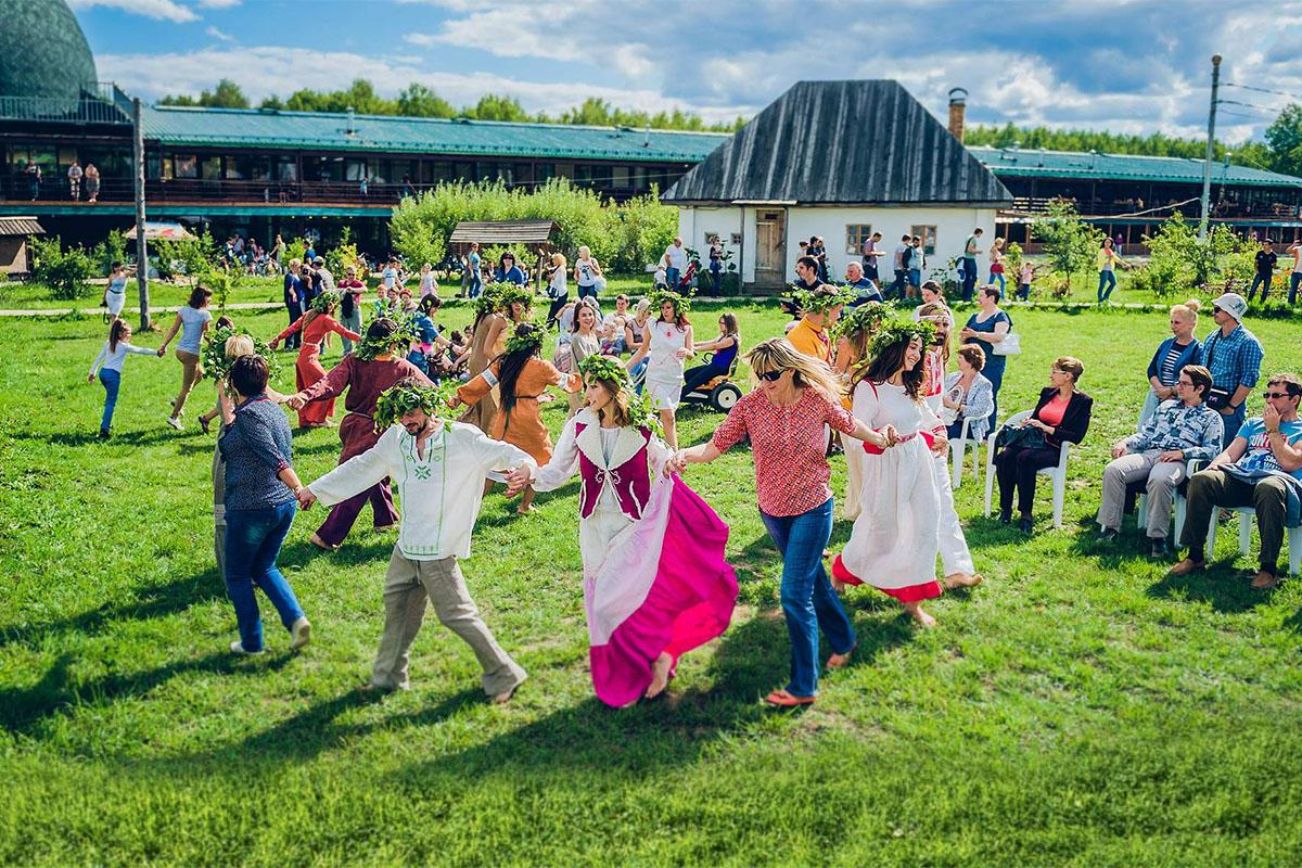 """Туристов учат белорусскому народному танцу в зоне """"Беларусь"""""""