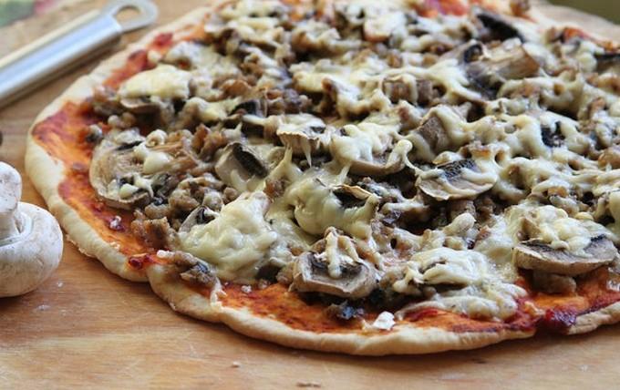 Пицца с куриным фаршем и шампиньонами
