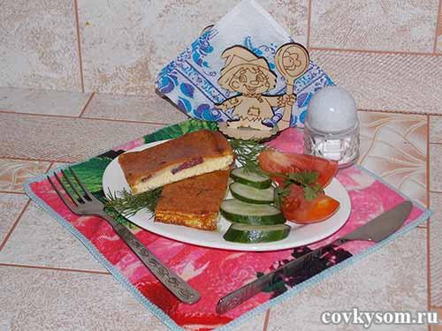 Запеченный в духовом шкафу омлет с сыром и колбаской