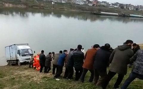 Почти сказка про репку: как 100 китайцев из реки грузовик тянули