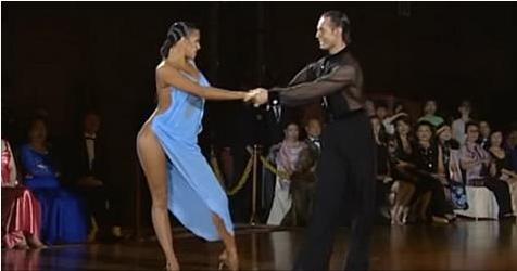 От откровенного платья танцовщицы не могли оторвать взгляд даже члены жюри!
