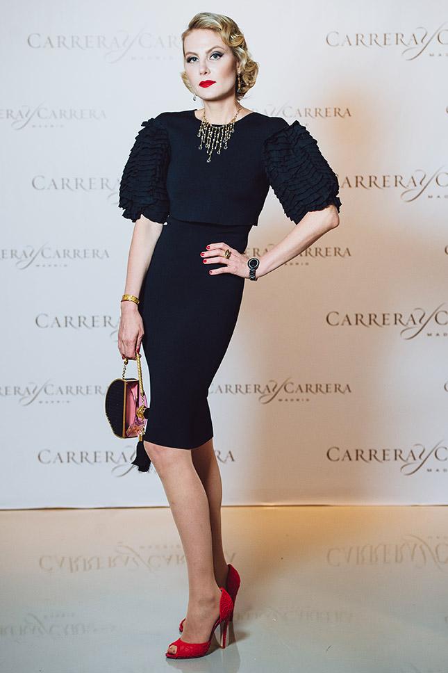 Рената Литвинова в черном платье и красных туфлях