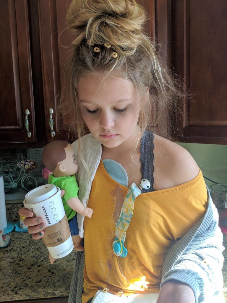 Девочка прославилась на весь Интернет, выбрав для Хэллоуина костюм «уставшей мамы»