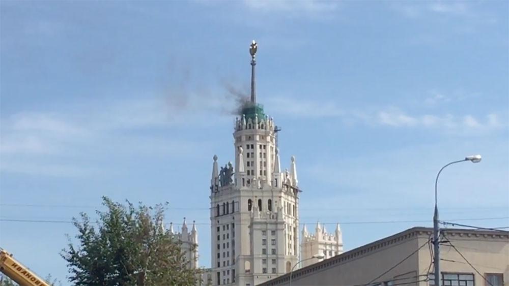 В центре Москвы горит сталинская высотка на Котельнической набережной