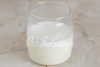 Шаг 6. Переливаем уже готовые жирные сливки в подходящую для хранения посуду и даем массе полностью остыть