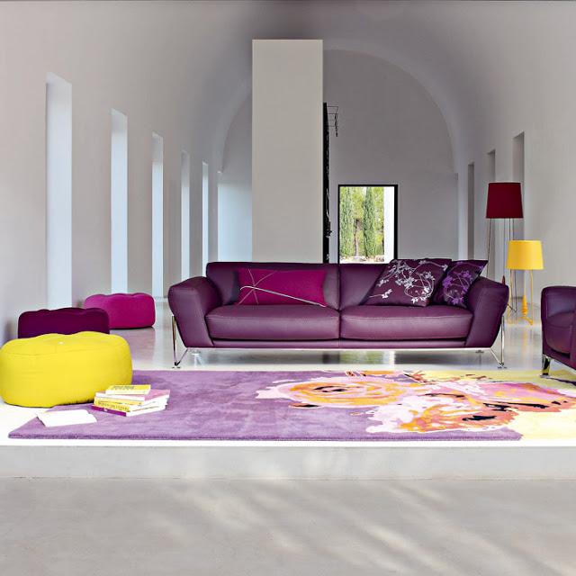 Дизайн с фиолетовым диваном