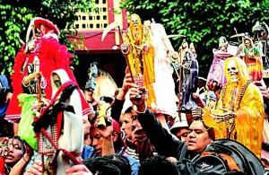 Фигурки, символизирующие Санта Муэрте, – неотъемлемая часть шествий и парадов