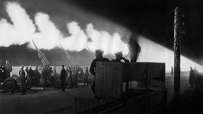 «Мы не могли найти холостых патронов»: как проходил первый победный салют во время Великой Отечественной войны
