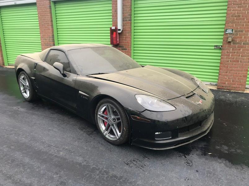 Грузчик случайно нашел на складе заброшенный Corvette