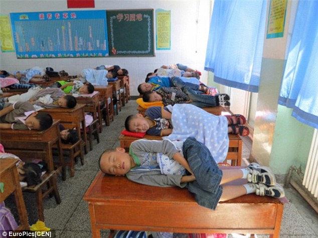 В Китае школьникам разрешают спать на уроках?