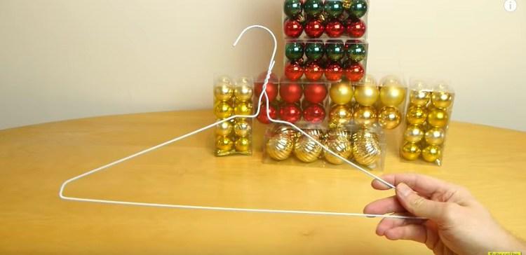 Как сделать венок из украшений и вешалки