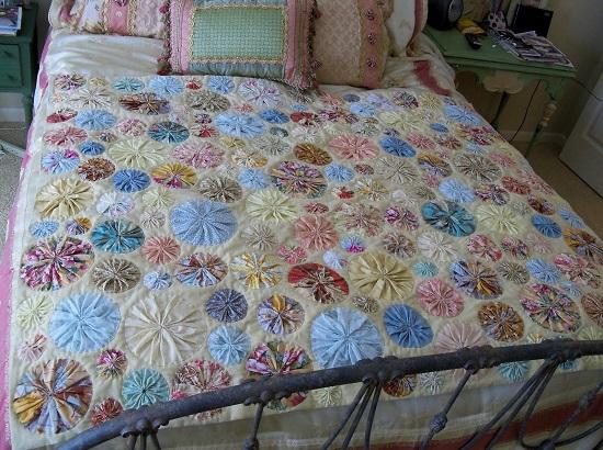 Как сделать красивые цветы йо-йо для подушек и покрывал