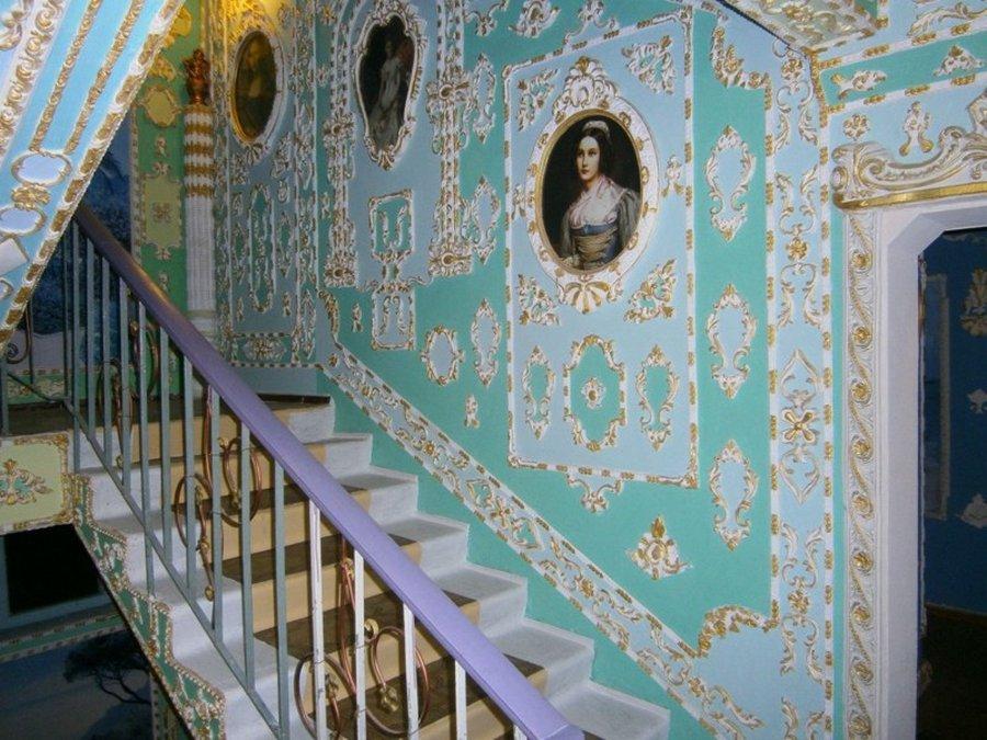 Подъезд обычной многоэтажки превратили в дворец XVIII века