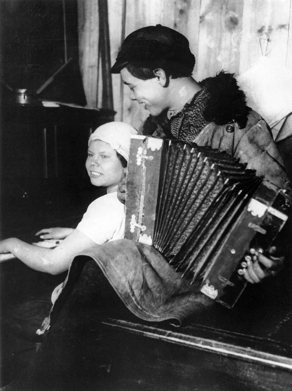 1928. В красном уголке