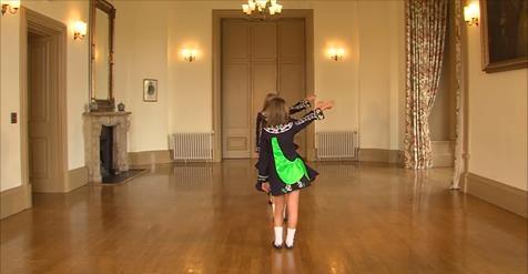 Четверо девочек выстроилось в ряд. Когда заиграет музыка — следите за их ногами!