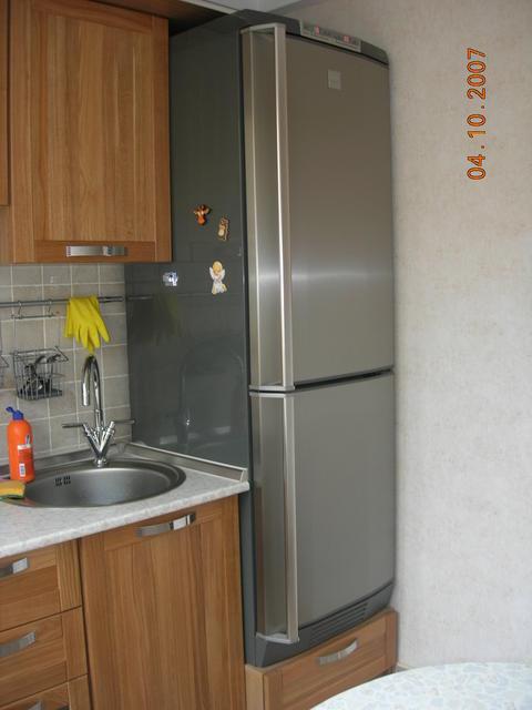 Где лучше поставить холодильник на кухне