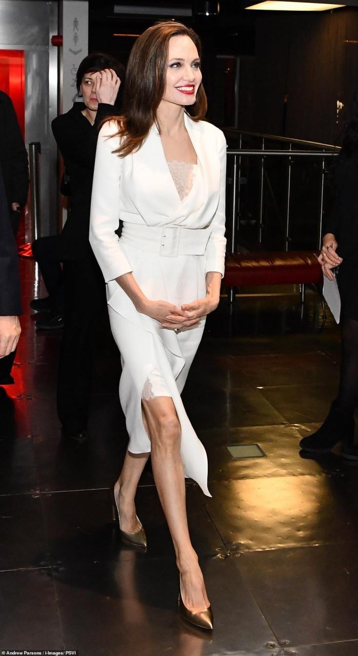 43-летняя Джоли покорила белоснежным образом на кинофестивале — фото