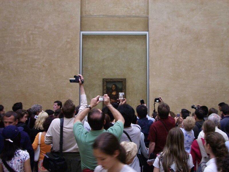 Самая знаменитая картина в мире — «Мона Лиза» Леонардо да Винчи, которая находится в Лувре (Париж, Франция), — на самом деле очень маленькая по размеру. достопримечательности, интересное, фотографии