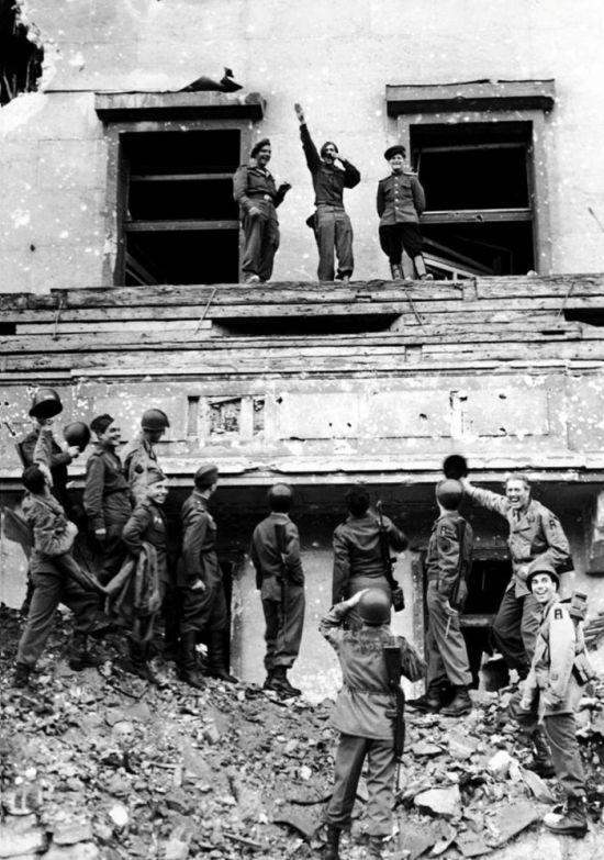 Солдат пародирует Гитлера, 1945 год, Берлин было, история, фото