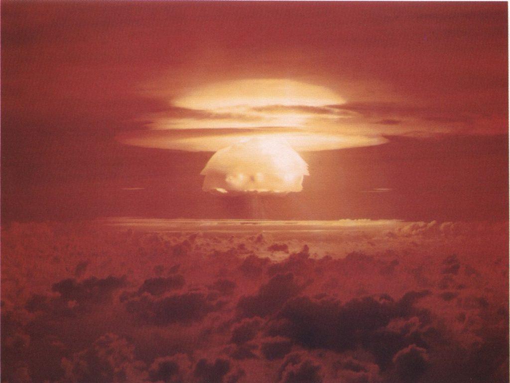 Взрыв «Кастл Браво», одной из самых мощных бомб в истории (впрочем, наша «Царь-Бомба» помощнее будет)